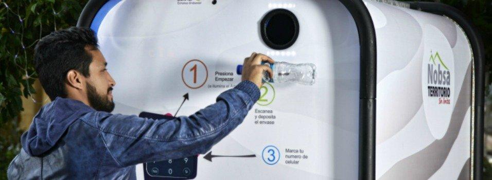 Diseñador de UPB creó una máquina que le paga por reciclar.
