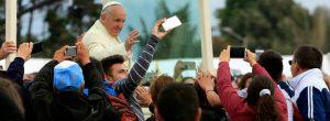 ¿Están viendo al papa o a sus celulares?