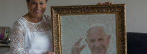 La mujer que tejió el rostro del papa Francisco