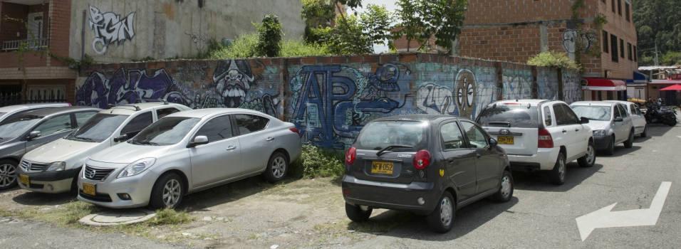 En la Universidad de Medellín no hay parqueadero para tanto carro