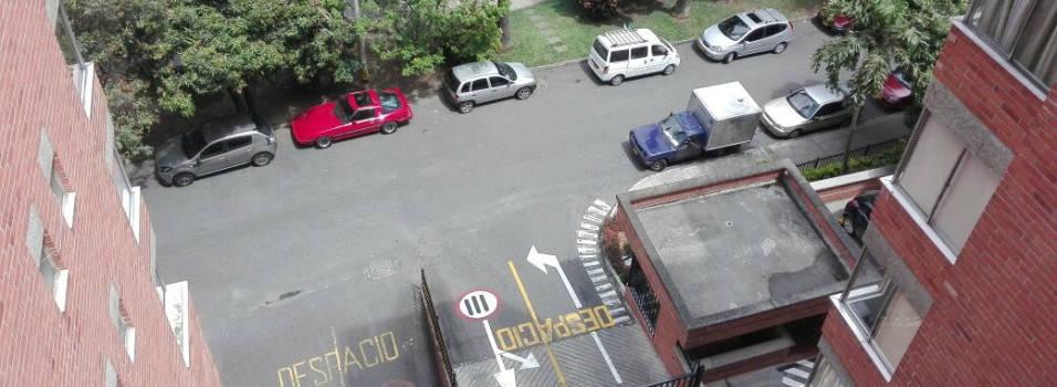 Mal parqueo bloquea entrada de edificio en Belén