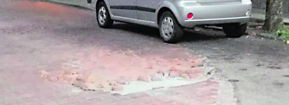 Denuncian vía adoquinada dañada en San Joaquín