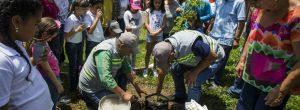 Vecinos, los padrinos de los nuevos 57 árboles de Señorial