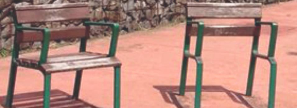 Nada que arreglan las sillas de la U. D. María Luisa Calle