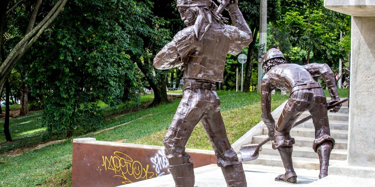 Ya rayaron la renovada escultura de la Villa