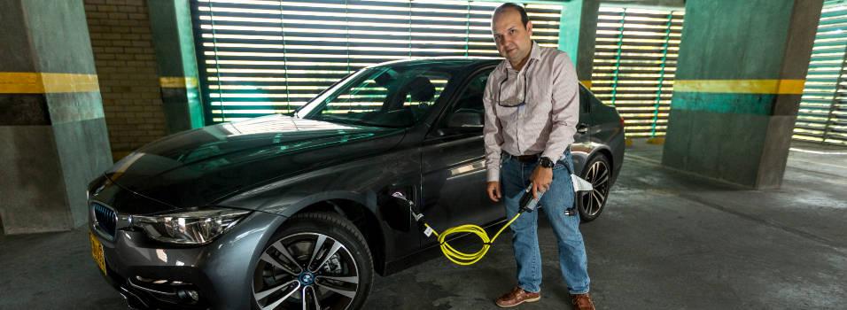 Un desacuerdo tuvo a un carro híbrido a punta de gasolina