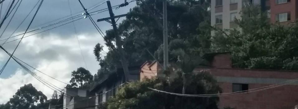 Este poste en Las Mercedes quedó inclinado después de un accidente