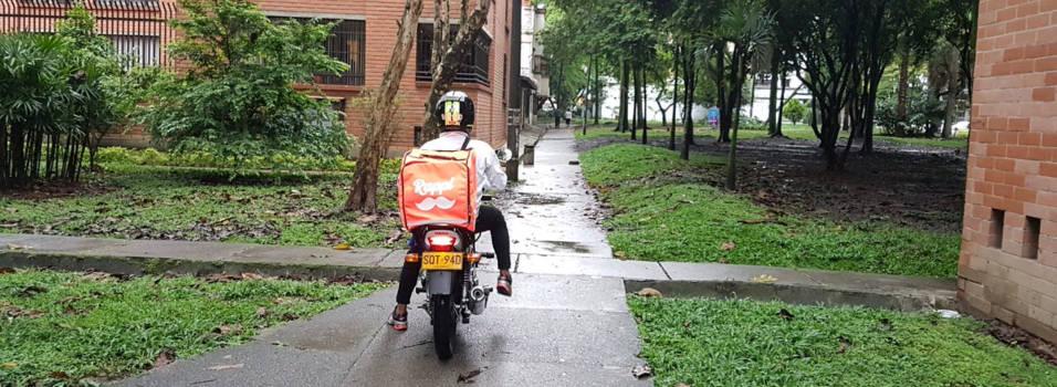 Todos los días transitan motos por los parques de Conquistadores