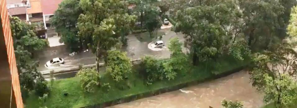 Calles inundadas y fallas eléctricas deja aguacero en Envigado