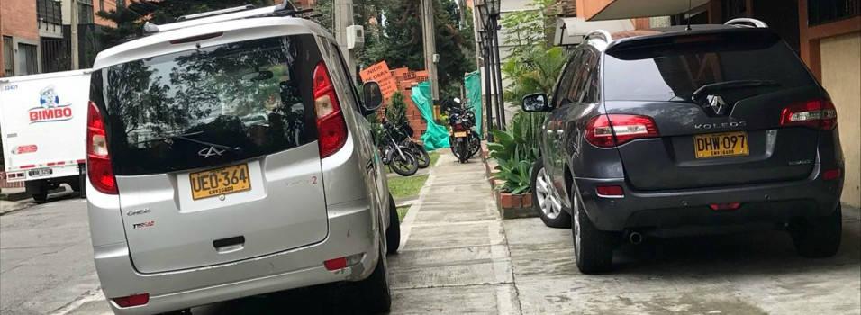 Siguen los obstáculos para los peatones en Conquistadores