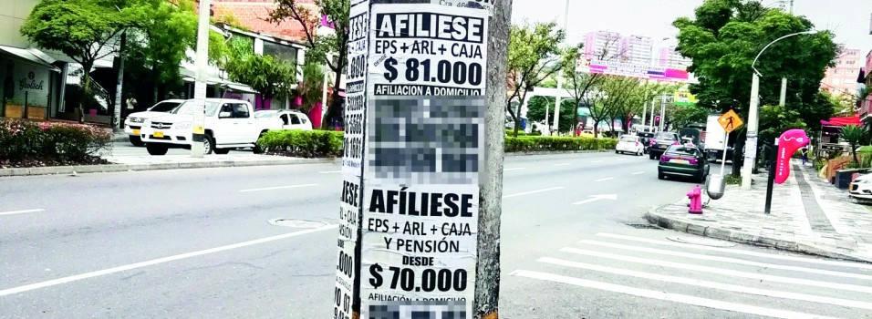 vecino se queja por la gran cantidad de carteles pegados en los postes
