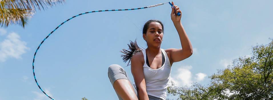 En Belén le enseñan a saltar cuerda como todo un profesional