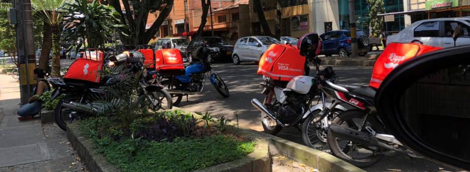 """""""Motos de Rappi se tomaron la entrada de nuestro edificio"""""""