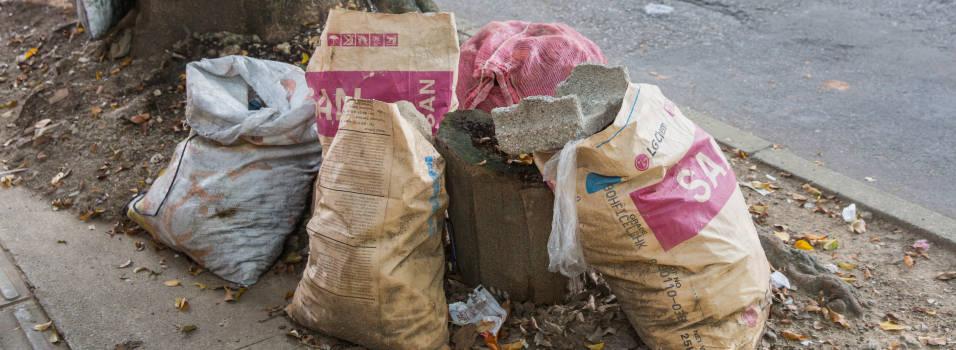 Vecina se queja de las basuras en Belén Las Playas