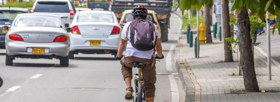 ¿Es correcto montar en bicicleta por las aceras?
