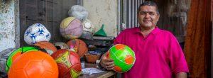 Antonio lleva 15 años como el Cirujano del Balón