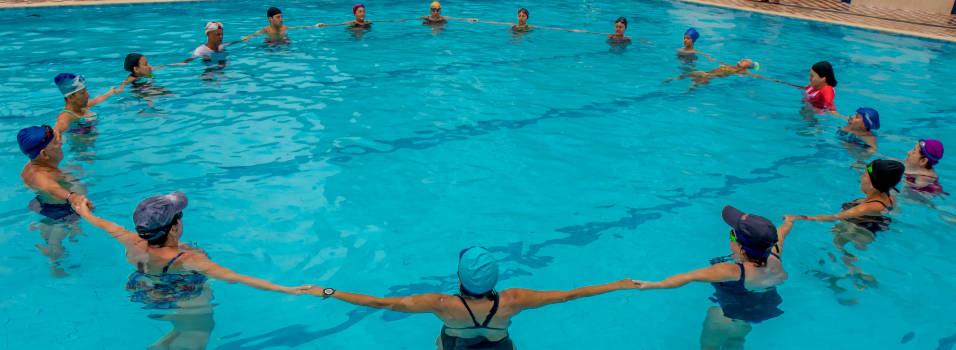 En la piscina también puede practicar yoga