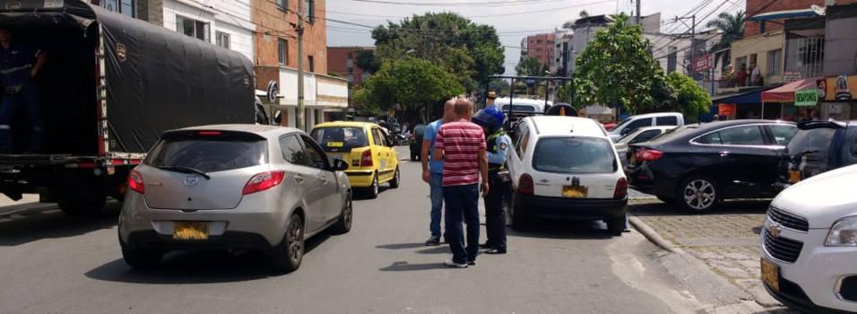 112 multas por mal parqueo en Calle Caliente