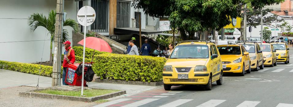 Acopio no autorizado de taxis causa molestia en Laureles