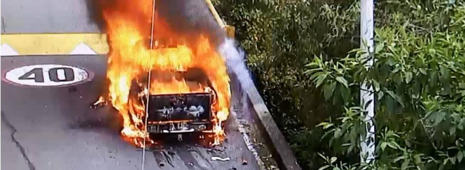 Camioneta se quemó en El Escobero y obligó al cierre de la vía