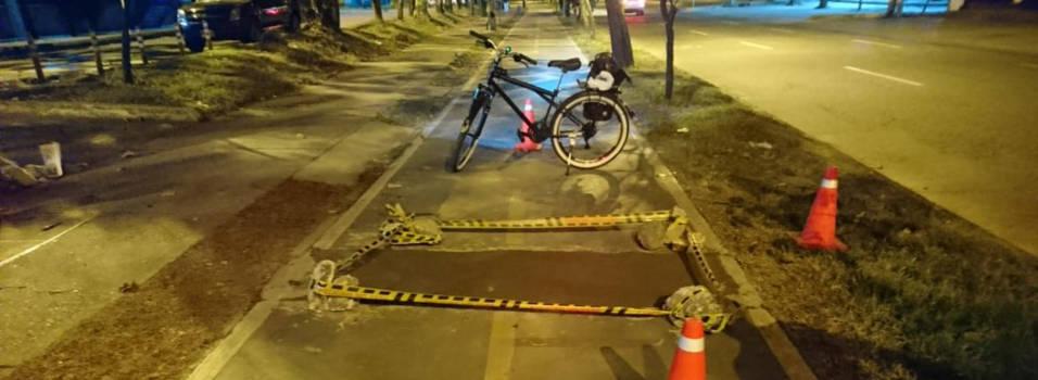 Ciclistas repararon hueco en la ciclorruta de la 65