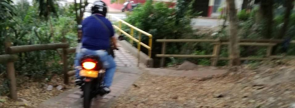 Denuncian paso de motos por puente peatonal en Belén