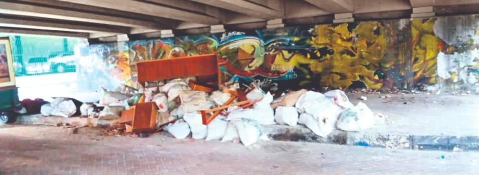 Los bajos del puente de Bulerías se convirtieron en un basurero