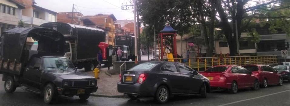 Por qué dejan estacionar en este parque de Envigado