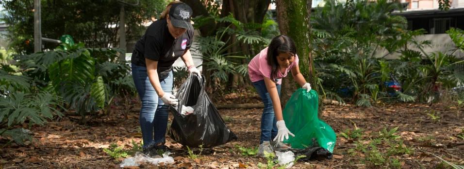 Vecinos limpiaron el primer parque de Laureles