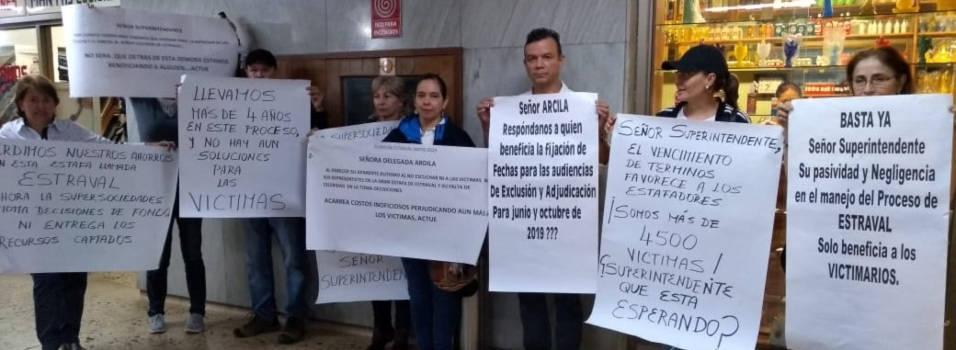 Víctimas de Estraval se manifestaron con un plantón