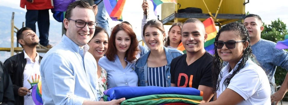 Bandera LGTBI ondea en el cerro Nutibara