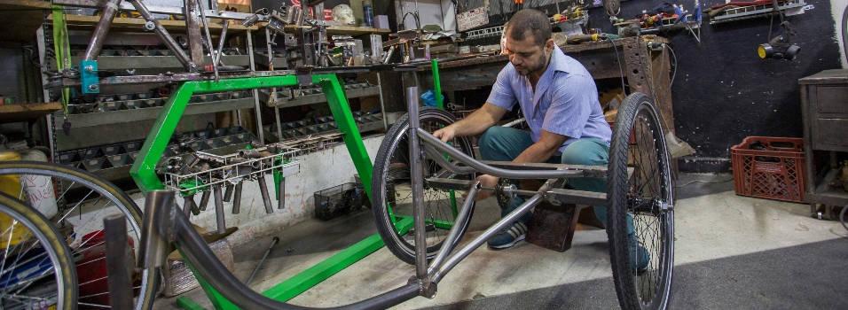 En Laureles fabrican bicicletas para personas con movilidad reducida