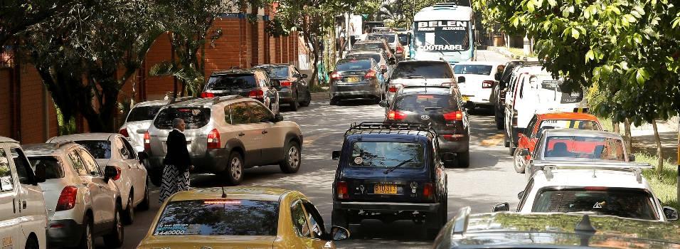 Mal parqueo genera tacos en vía de Los Bernal
