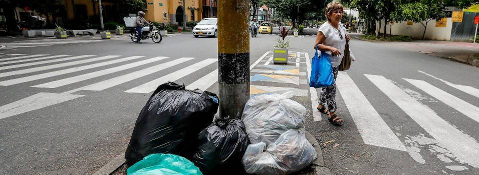 Avenidas Jardín y Nutibara, agobiadas por la basura