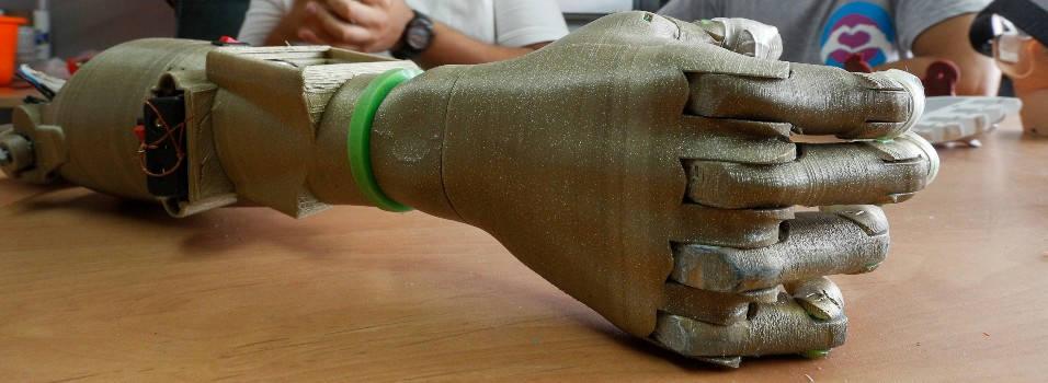 En El Poblado crearon un brazo robot para las víctimas de las minas