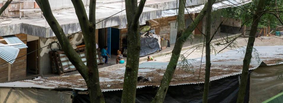 Unas 10 personas viven en un edificio abandonado en El Poblado
