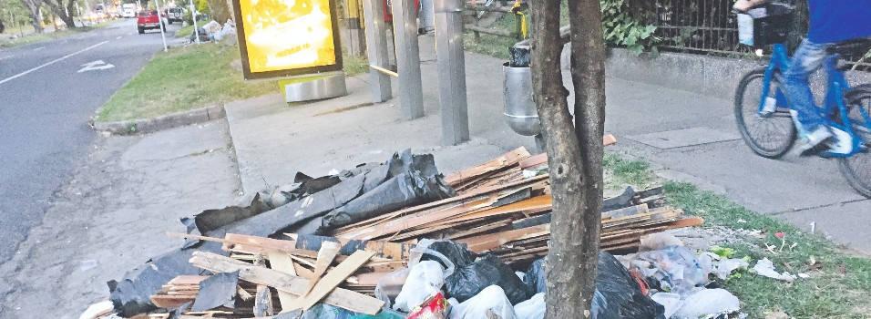 Paradero de buses en Belén se convirtió en un botadero de basuras