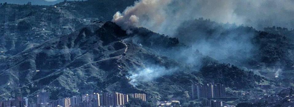 Con helicóptero intentar apagar incendio en el cerro de Las Tres Cruces