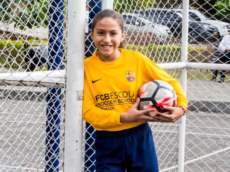 Isa, la primera niña en la Escuela del Barça en Medellín