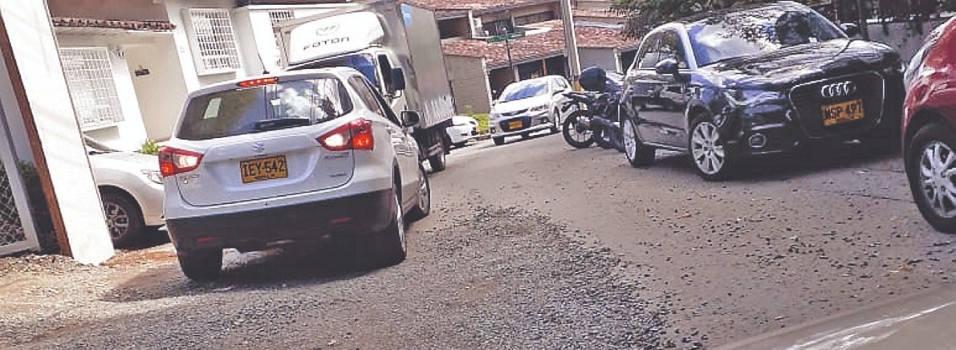 El parqueo gratis tiene bloqueada una calle en El Poblado
