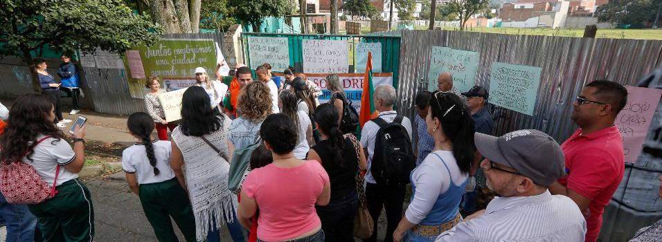 Con plantón pidieron terminar los colegios en obra en Envigado