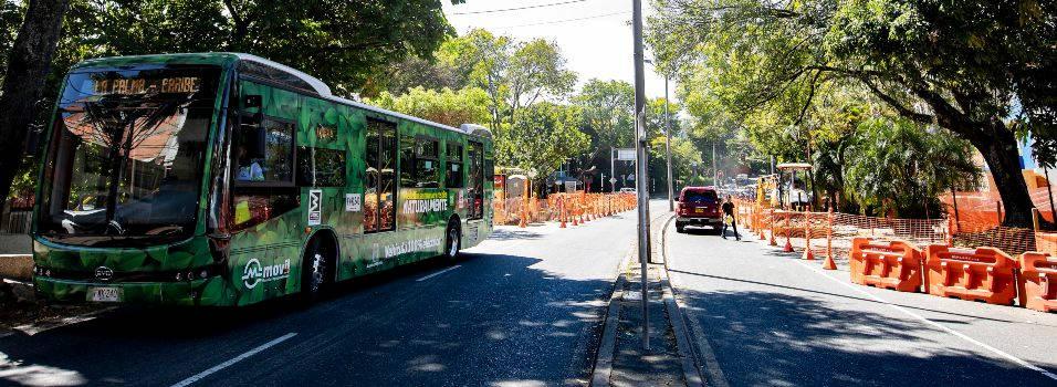 Nada que terminan los paraderos de los buses eléctricos de la 80