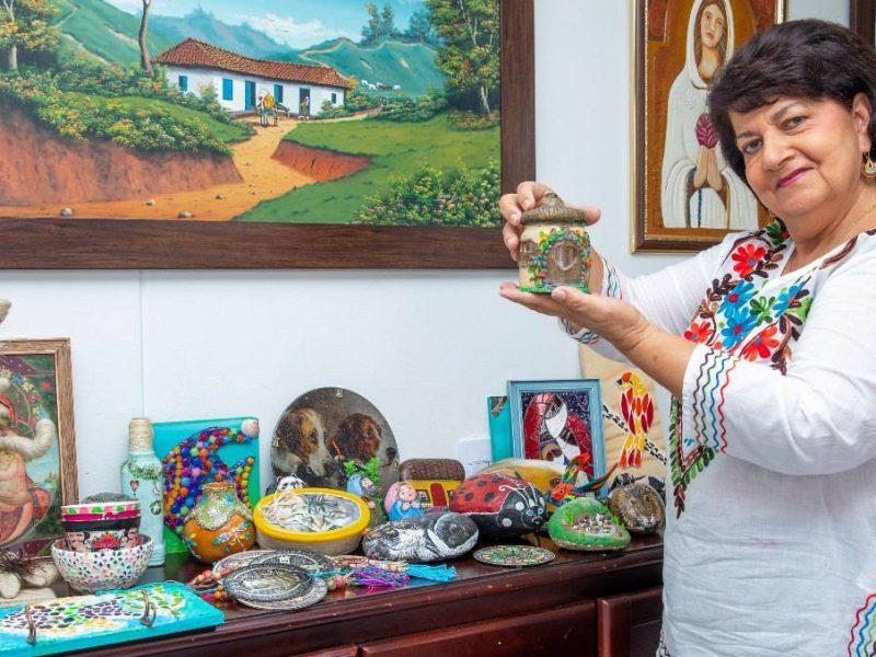 Con el reciclaje, Margarita hace obras de arte