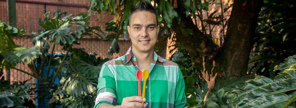 Alejandro creó unas cucharas que se pueden comer