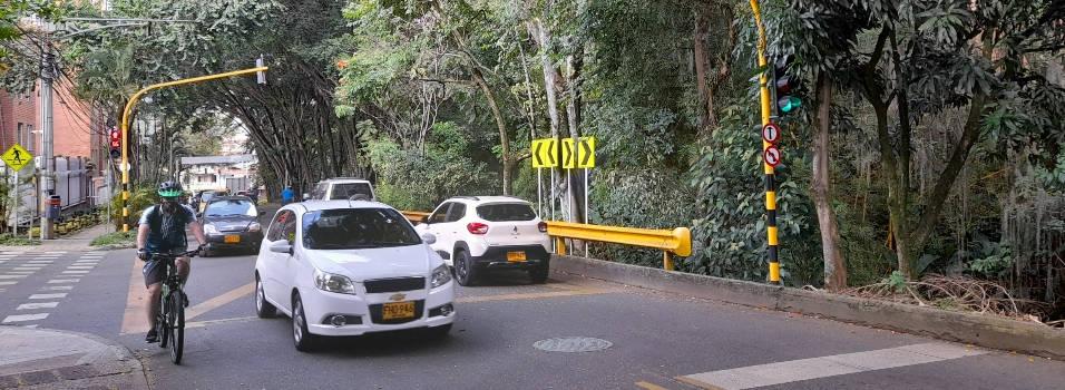 Peligro en vía paralela a La Ayurá en Envigado