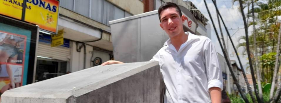 Joven de Envigado quita placa de pasaje del Ley